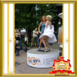 Двойник Мерилин Монро фото с гостями праздника в Москве
