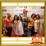 Двойник Сердючки поздравляет финалистов конкурса на празднике в Москве фото с призерами